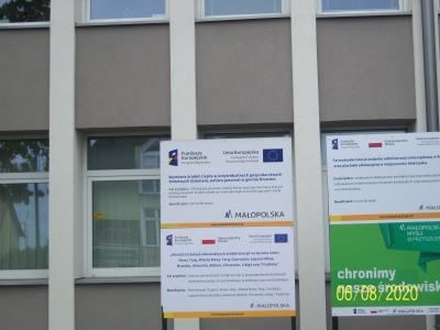 Tablica informacyjna przy Urzędzie Miejskim w Brzesku